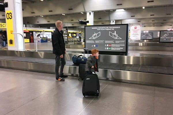 FlipFlopGlobetrotters.com - Blog: City trip Milan - waiting for our luggage