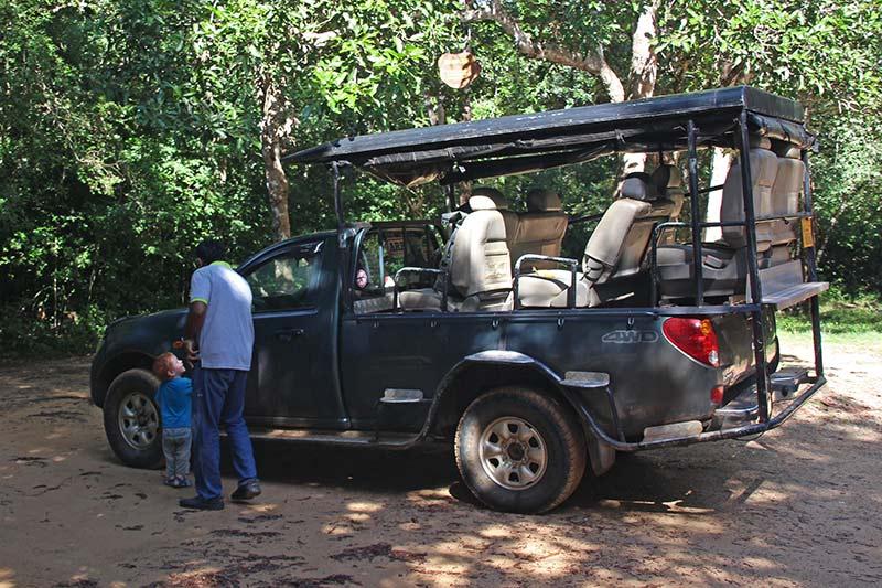 FlipFlopGlobetrotters.com - Sri Lanka - Wilpattu National Park - Safari truck