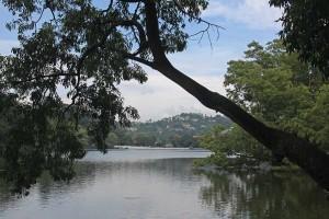 FlipFlopGlobetrotters.com - Kandy Lake Sri Lanka