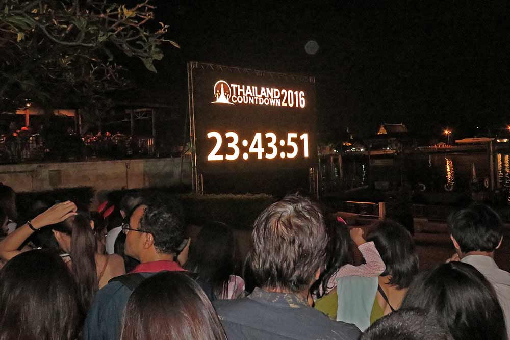 FlipFlopGlobetrotters.com - New Year's Eve in Bangkok - Big screen with countdown at the riverfront
