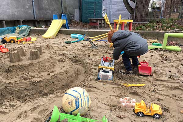 FlipFlopGlobetrotters.com - blog: day trip to Haarlem Netherlands with kids - sandpit at Paradijsje